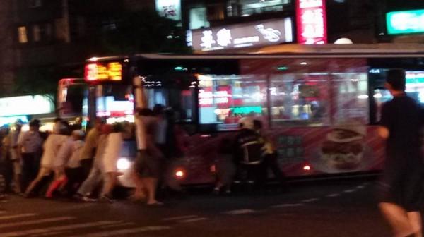 台北市內湖區於今晚間6點多驚傳一起交通意外,一輛公車撞到一名機車騎士並將他捲入車底,所幸現場民眾趕緊一起上前幫忙「抬公車」,機車騎士才得以順利脫困。(圖擷自爆料公社)