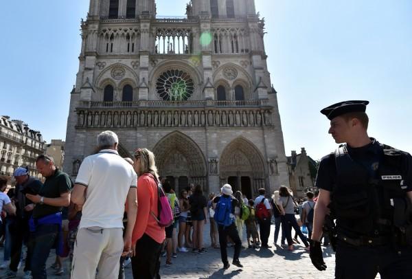 法國日前發生恐攻之後,當局加派警力到巴黎聖母院警戒。(法新社)