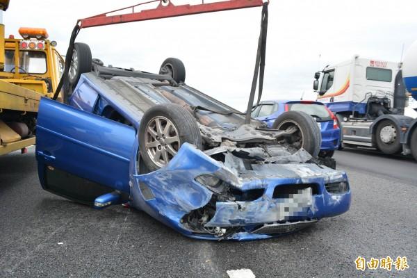 一輛轎車今天上午在中山高彰化路段失控翻覆。(記者湯世名攝)