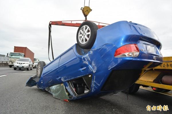 1輛車上4名女子一度受困。(記者湯世名攝)