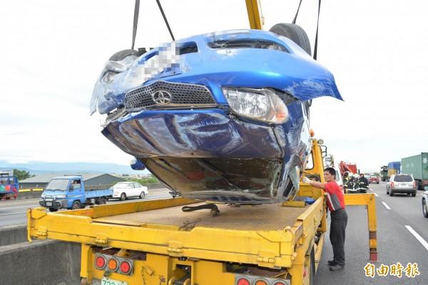 整輛車嚴重毀損。(記者湯世名攝)