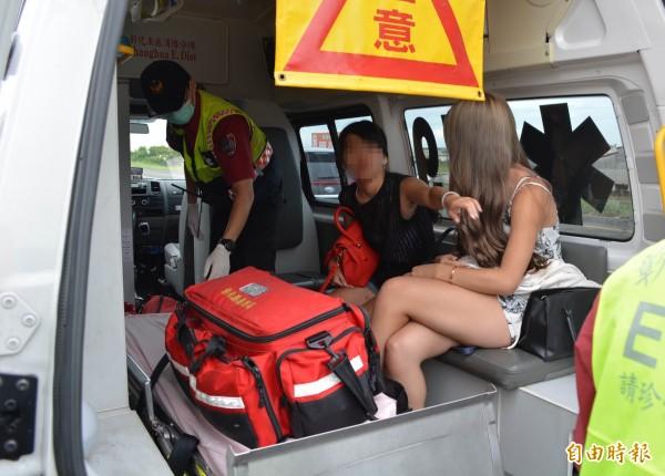 車上女子多處擦傷送醫治療。(記者湯世名攝)