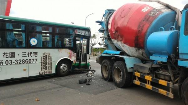 現場為公車、水泥預拌車擦撞事故。(記者曾健銘翻攝)