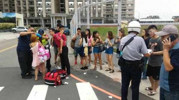 警消人員趕到現場調查。(記者曾健銘翻攝)