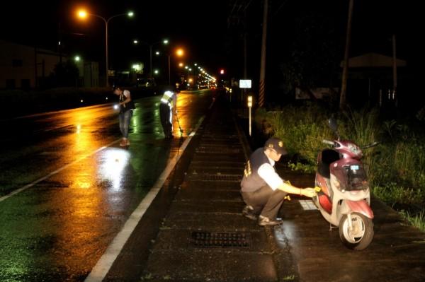 一名騎機車男子昨晚疑遭自小客車駕駛開車門擦撞,卻離奇消失在10公里外奄奄一息。(記者王涵平翻攝)