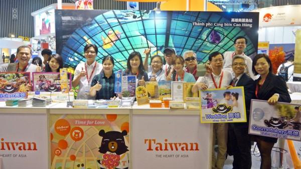 高雄市觀光局曾姿雯局長(左5)率高雄觀光業者,參與越南胡志明市國際旅展。(高雄市觀光局提供)