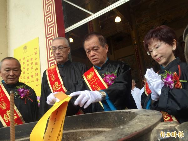 前副總統吳敦義(左二)與國民黨主席洪秀柱(右一)參加蟠桃聖會儀式。(記者李忠憲攝)