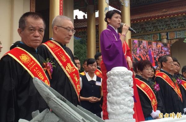 前副總統吳敦義(左二)與國民黨主席洪秀柱(右三)參加蟠桃聖會儀式。(記者李忠憲攝)