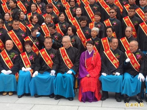 前副總統吳敦義(左四)、台中市副市長林陵三(右二)、國民黨主席洪秀柱(左二)擔任主祭官,與玄門法師(右三)合影。(記者李忠憲攝)