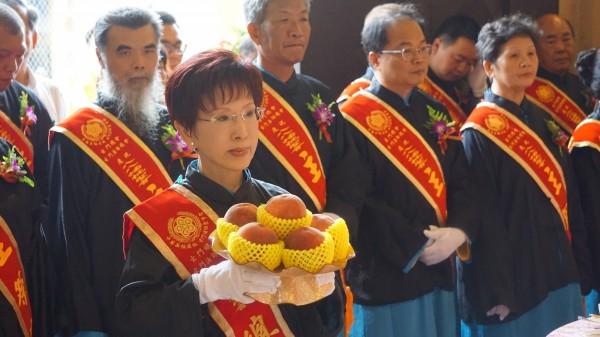 國民黨主席洪秀柱手拿蟠桃,參加三獻儀式。(民眾提供)