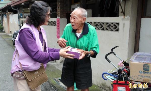 南投仁愛之家志工們忙著製作愛心月餅與鳳梨酥,完成後分贈社福團體與老人等弱勢族群。(記者謝介裕攝)