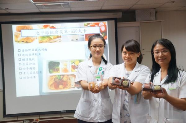 衛福部台南醫院營養師群自製低卡養生月餅。(記者王俊忠翻攝)