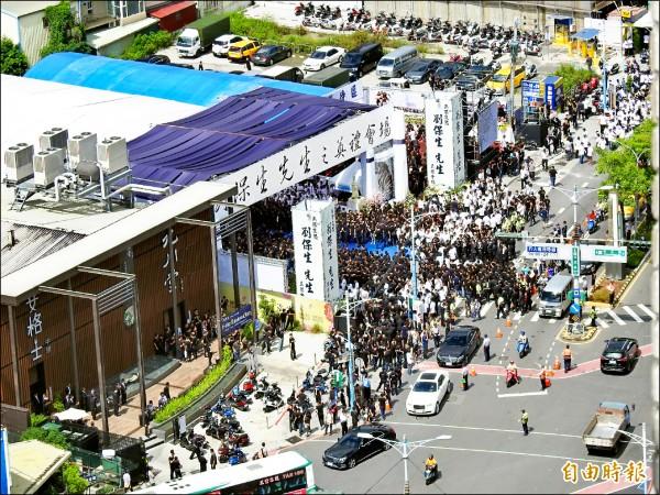 新北蘆洲角頭「空保」劉保生昨公祭,約3000名黑衣人公祭隊伍擠爆會場。(記者黃捷攝)