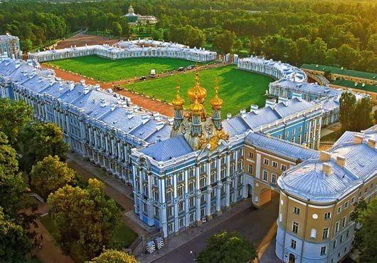 上月有中國遊客參訪俄羅斯凱薩琳宮,其中一名媽媽竟為了解決孩子尿急,竟讓他當眾在大廳木地板上解放,消息震驚全俄國。(圖截自RFA.org)