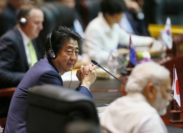日本首相安倍晉三今(8日)午在寮國接受媒體訪問,談到日本天皇繼承人的問題時,對設置「女天皇」的可能持否定意見。圖為安倍參加東協峰會。(美聯社)