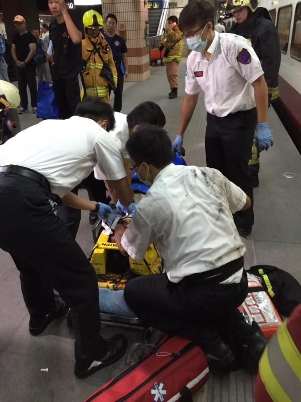 女學生送醫急救。(記者劉慶侯翻攝)