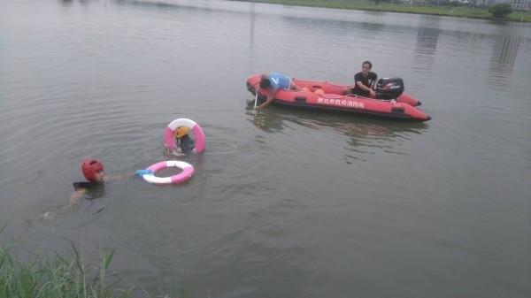 消防進行船艇潛水訓練。(記者黃捷翻攝)