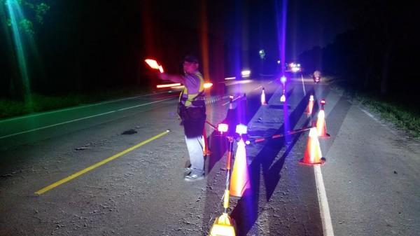 屏187線當時天色昏暗,且適逢交通尖峰時段,員警立即擺設警示標誌。(記者陳彥廷翻攝)