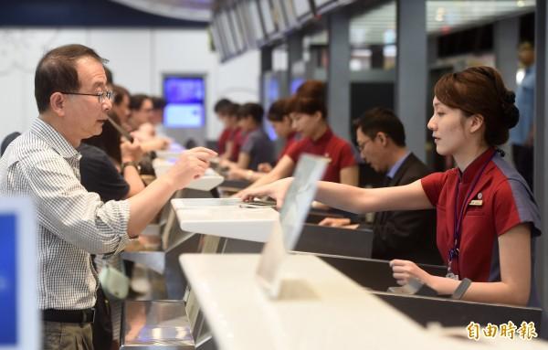 華航建議,旅客若持有Note 7須隨身攜帶,並避免在航行中開機或充電。(記者簡榮豐攝)(資料照,記者簡榮豐攝)