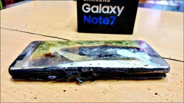 世界各地陸續傳出Note7手機自燃爆炸事件,引發飛安疑慮。圖為台灣案例。(翻攝爆料公社)