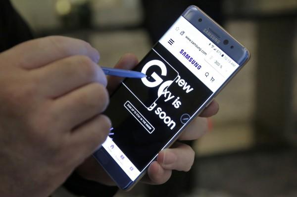 南韓三星手機Note 7發生爆炸意外頻傳,美國聯邦航空總署(FAA)昨日發出聲明表示「強烈建議」不要托運,旅客也不要在機上使用。(美聯社)
