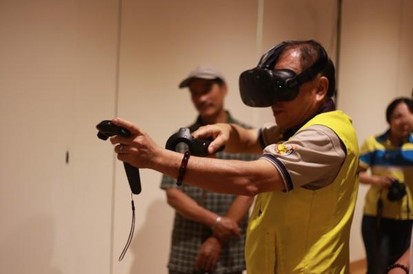 到屏東美術館可以體驗3D裸視電視、手機互動遊戲、浮空頭影裝置等百萬等級的互動投影設備。(屏東美術館提供)