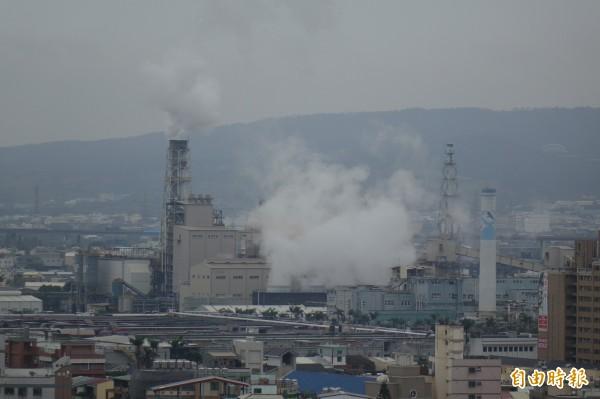 台化位居彰化市區,煙囪非常顯眼。(記者劉曉欣攝)