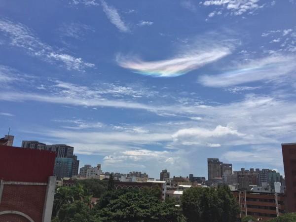 有網友昨接連在臉書、Dcard等社群網站指出,台南市昨中午難得放晴,天空出現難得一見的彩虹雲。(圖擷自爆料公社)