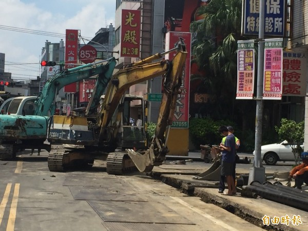 正在施工中的虎尾鎮林森路1段,交通混亂。(記者廖淑玲攝)