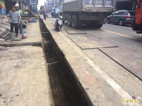 天然氣管線遭自來水施工單位挖斷漏氣,幸未醞禍。(記者廖淑玲攝)