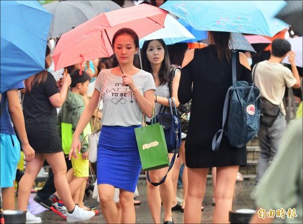 氣象局預報員表示,在關島附近的熱帶性低氣壓,昨天下午已經增強為今年第14號颱風莫蘭蒂,預測一定撲台。(記者王藝菘攝)