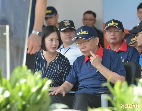 台北市長柯文哲(右)與立委吳思瑤(左)頻頻交換意見。(記者張嘉明攝)