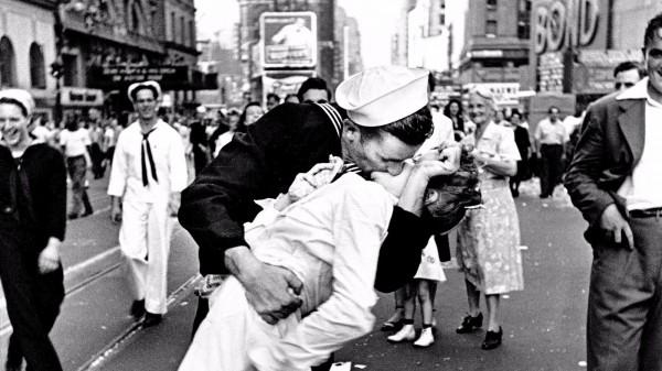 第二次世界大戰結束71年,終戰「勝利之吻」照片女主角近年健康惡化,最近因肺炎併發症與世長辭,享耆壽92歲。(圖截自latimes.com)