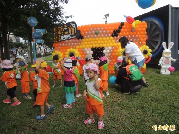 新竹藝動節在竹北新瓦屋規劃的太空飛船地景展示區,今天開展吸引許多大小朋友參觀。(記者廖雪茹攝)