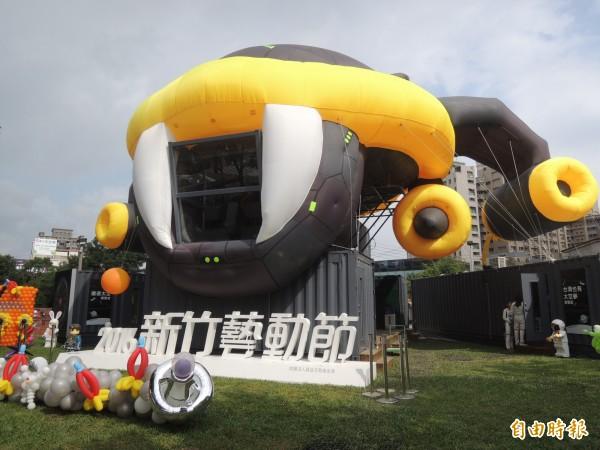 國家太空中心NSPO與ARRC前瞻火箭中心就位在新竹,五月天的《頑固》MV靈感也受到ARRC交大教授吳宗信的故事啟發。新竹藝動節在竹北新瓦屋特別打造一座12米高的大型太空飛船「夢想號」地景展示區,今起展出到10月30日。(記者廖雪茹攝)