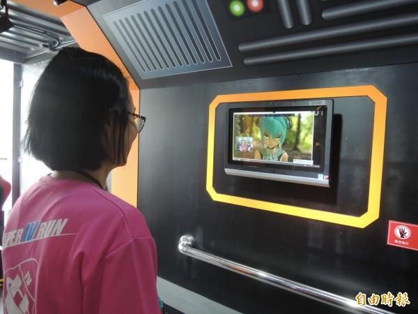 太空主題展「前往星際互動體驗區」,有人臉辨識等互動遊戲供民眾體驗。(記者廖雪茹攝)