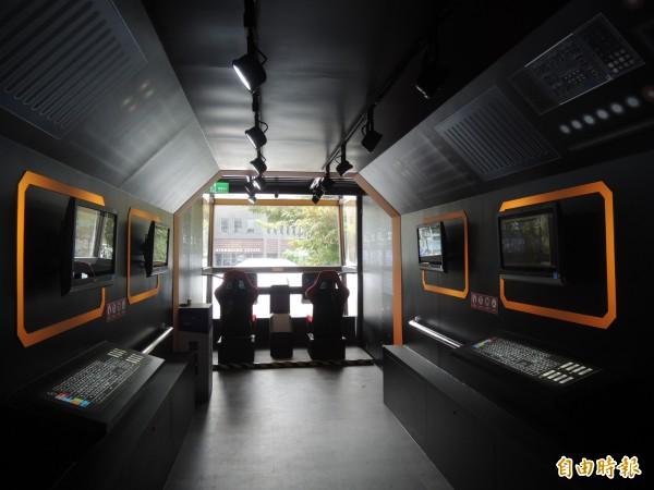 太空主題展設有「前往星際互動體驗區」,模擬駕駛艙的情境場景,讓民眾身歷其境,感受深入太空飛船核心控制區的臨場感。(記者廖雪茹攝)