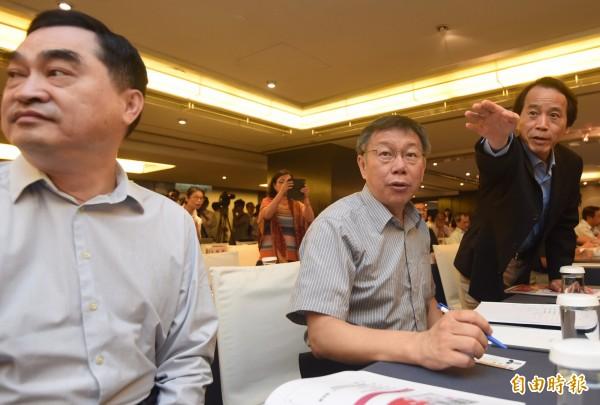 台北市長柯文哲(中)12日出席「台北市居住正義論壇」致詞,副市長鄧家基(左)、林欽榮(右)出席。(記者簡榮豐攝)
