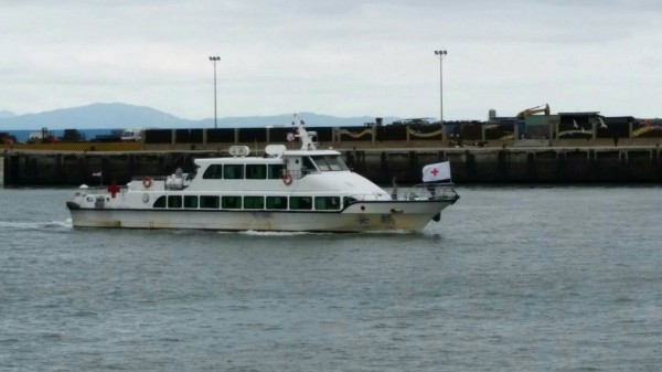 本次「金門協議」遣返作業專船「安麒輪」入港,船頭懸掛紅十字會旗幟。(記者王冠仁翻攝)