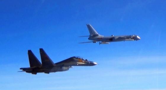 中國人民解放軍空軍宣布執行空軍遠海訓練,多款戰機今日(12)飛越台灣和菲律賓之間的巴士海峽。(圖擷自中國國防部)