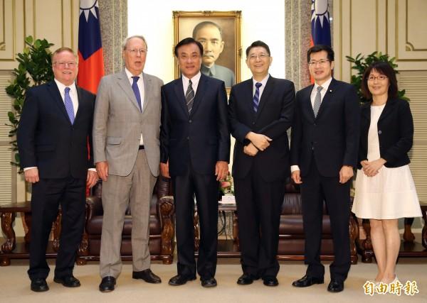 即將卸任的美國在台協會(AIT)理事主席薄瑞光(左二)12日至立院拜會院長蘇嘉全(左三),並與秘書長林志嘉(左四)、民進黨立委羅致政(左五)等合影留念。(記者黃耀徵攝)