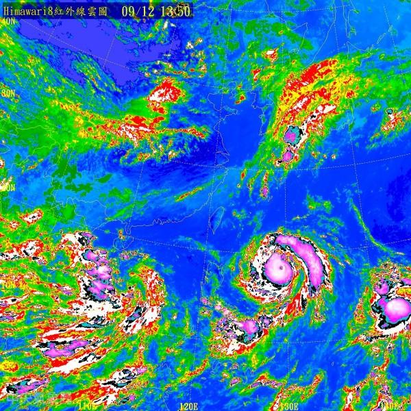 關島西方海面的熱帶性低氣壓(圖右下)有成為輕度颱風的趨勢,未來動向值得觀察。(中央氣象局)