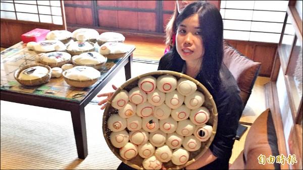 馬來西亞客家子弟鍾昱甯說,手上的創作,是她和十個新埔鎮婆婆媽媽們的作品。(記者黃美珠攝)