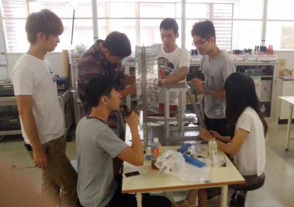台灣科技大學師生暑假時,前往日本大阪工業大學,與日本團隊齊力,學習打造風力發電機。(台科大提供)