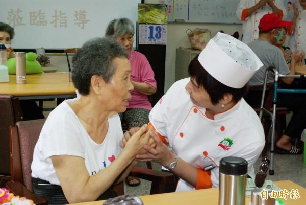 康寧大學在中秋節前夕送健康養生蛋黃酥給社區長者。(記者劉婉君攝)