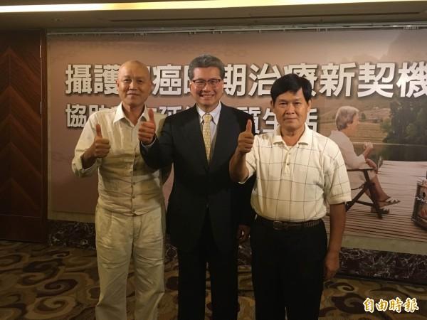 圖左起患者林光亮、北榮一般泌尿科主任張延驊、患者蕭文彬共同呼籲,50歲以上男性要定期健康檢查,早發現、早治療。(記者林彥彤攝)