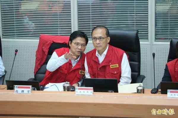 行政院長林全(右)赴中央災害應變中心聆聽颱風會報。與內政部長葉俊榮討論。(記者陳薏云攝)
