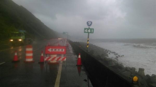 台九線南興段因浪濤打到路面,今天下午起封閉北上外側車道。(記者王秀亭翻攝)