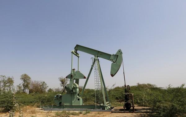 國際能源總署(IEA)警告,石油供應過剩情況較預期更嚴重,恐一直持續到2017年末。(路透)