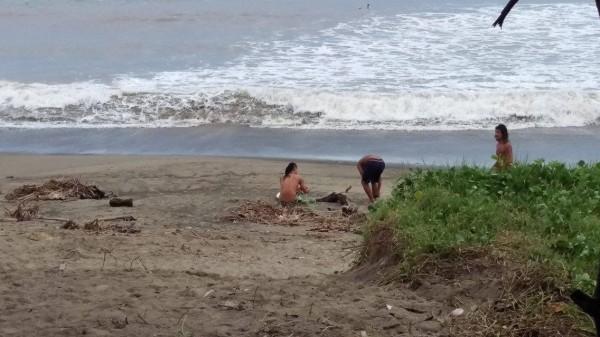 白目衝浪客強行通過封鎖線。(記者蔡宗憲翻攝)